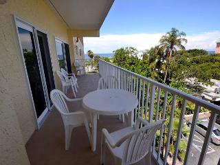 San Remo 303 - Spacious 2 Bedroom with Gulf View Balcony & Gulf Front Pool, Redington Shores