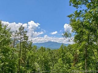 Enjoy Mountain Views, Theater Room and Outdoor Living Room (+loft bedroom), Gatlinburg