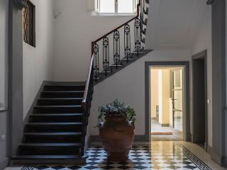 Entrance of the prestigious building in Via della Pergola n.48