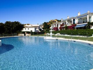 Pool View Holiday Apartment Close to Beach, Estepona