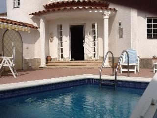 Waterfront Spanish villa with swimming pool., Empuriabrava
