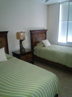 Cuarto doble con baño completo. Twin room, w/full bathroom.