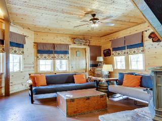 Rustic and serene cabin w/ great home essentials, close to skiing!