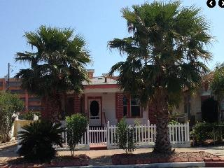 Beach Cottage one block from Galveston Beaches