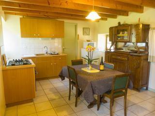 un espace cuisne - salle à manger adapté et fonctionnel, tout équipé