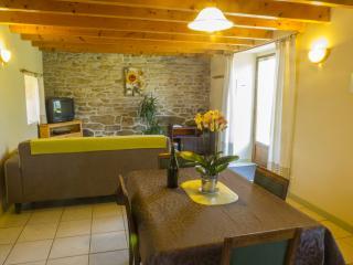 les aménagements intérieurs (ici le coin salon) sont respectueux du bâti traditionnel de caractère
