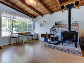Pet-friendly cottage w/fireplace, walk to beach, hot tub!, Rockaway Beach