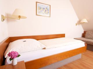 Guest Room in Wolfschlugen (# 6988) ~ RA63513