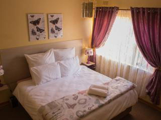 Lolo's 2 Bedroom Apt-15min drive to CBD(Free WiFi), Harare