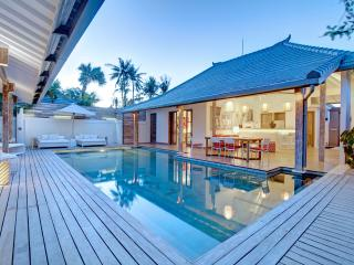 Yang Tao III, 3 Bedroom Luxury Villa Large Pool-Seminyak