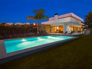 Villa Marina - Exceptional Contemporary 5 bed villa, walk to amenities, large ga