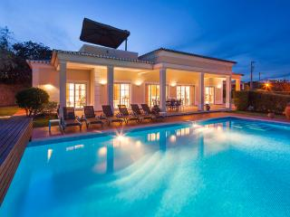 Villa Colunas - Charming 3 bedroom villa, with games room, walking distance to