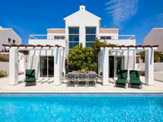 Villa Manuel - 4 bedroom villa, walk to beach, restaurants and supermarket, Sesmarias