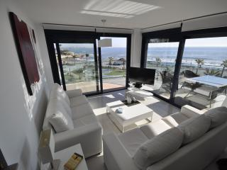 Superb contemporary 3 bed apartment with amazing panoramic sea views!