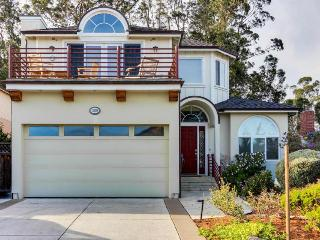 Two story, dog-friendly home - just seconds to the ocean!, Santa Cruz