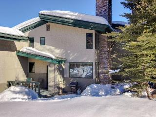 Lovely condo steps from Base Village w/shared hot tub, pool!, Snowmass Village