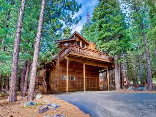 Lovely mountain home w/ a great deck, shared pool & hot tub!