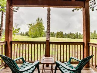 Beautiful mountain-themed retreat on the golf course!, Truckee