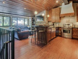 Mountain condo close to slopes w/shared pool & hot tub!, Aspen