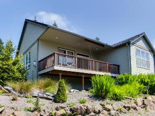 Gorgeous home w/ mountain views, well-appointed deck, jetted tub, game room, Rockaway Beach