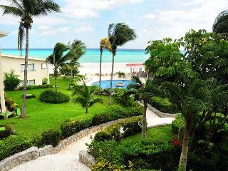 Oceanfront with pool 1 bedroom in Xaman Ha (7116), Playa del Carmen
