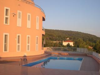 Elegant apartment in the private villa by the sea, Slatine