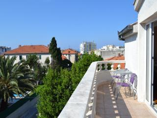 Split Center Apt near Beach with Parking and Terrace