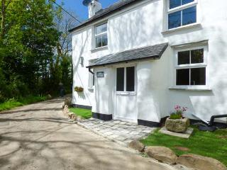 COB COTTAGE, open plan, woodburner, garden, pet-friendly, WiFi, nr St Columb