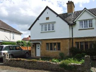 BREDON VIEW, end-terrace, three bedrooms, open fire, enclosed garden, in Broadwa