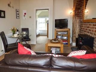 BLUEBIRD LOFT, second floor apartment, king-size bedroom, en-suite, in Coniston,