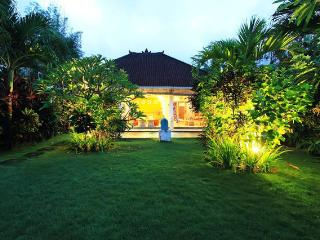 Magic Garden Bella Vista Villa, Seminyak Oberoi in a Budet