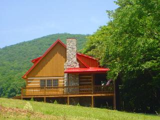 'CREEKSIDE DREAM' Log Cabin W/WiFi & Hot Tub! Spring Away To The Mountains!, West Jefferson