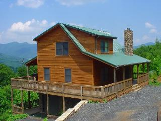 3 LEVEL LOG HOME WITH MOUNTAIN VIEWS, BUBBLING HOT TUB, WIFI & POOL TABLE!