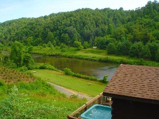 Romantic Cabin w/Bubbling Hot Tub Near  New River!