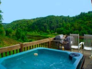 Romantic Getaway Cabin for Two Overlooking New River With Bubbling Hot Tub!