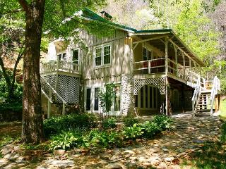 SECLUDED MTN HOME W/CASCADING WATERFALLS, WIFI & HOT TUB NEAR PARKWAY!