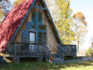 Romantic Retreat w/Hot Tub, Mtn Views & WiFi! CHRISTMAS & NEW YEARS AVAIL!