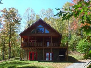 QUIET SPLENDOR-SECLUDED 3 LEVEL LOG HOME W/HOT TUB, FIREPIT & WIFI