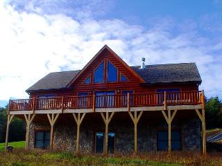 ONE LEVEL CABIN WITH LONG RANGE VIEWS, HOT TUB & WIFI NEAR BLUE RIDGE PARKWAY