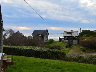 BEACH BUNGALOW ~CLASSIC BEACH HOME- ACROSS THE STREET FROM THE PACIFIC OCEAN!, Nehalem