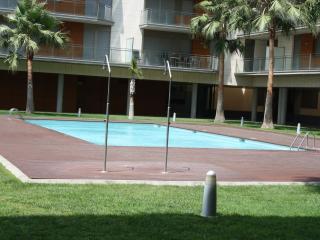 Zona verde y piscina
