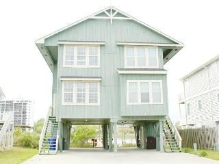 Beach house on the canal with private deck, across the street from beach., Carolina Beach