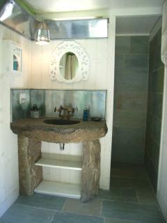 Unique lavabo de granit massif provenant du sous sol du Pnt ricoul à St pierre de plesguen.