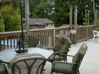Large Sundeck, King Bed, 3 Bedrooms near Mall, Surrey
