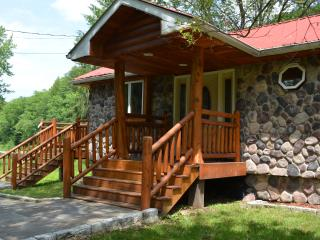 Newly redecorated prestige waterfront custom log home