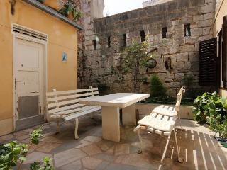 Vintage apartment with garden, Split