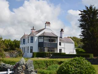 Trefonen House, Anglesey. Beachfront with hot tub, Valley