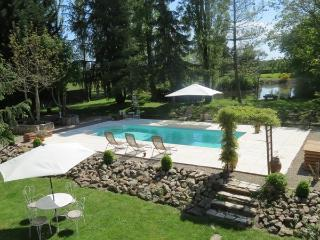 Secluded Hamlet  with covered pool and hot tub, Avallon