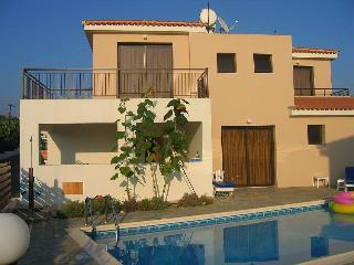 3 bedroom villa, private pool,close to sandy beach, Kissonerga