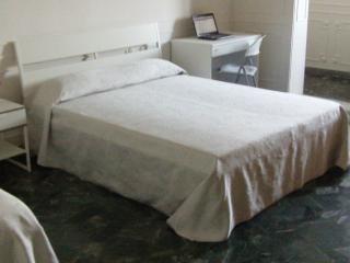 CAMERA MATRIMONIALE CON BAGNO PRIVATO E  COLAZIONE, Bari
